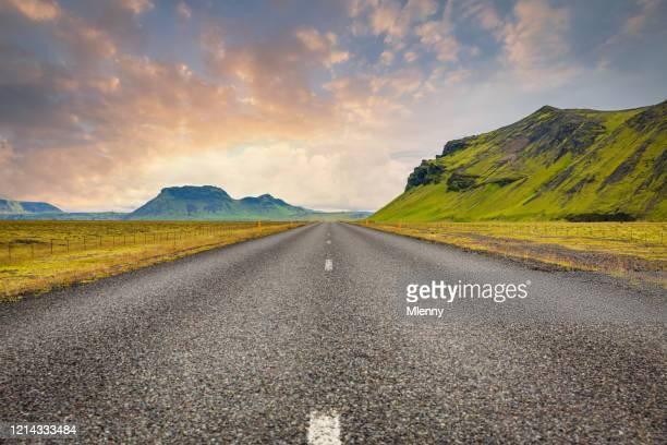 ijsland ring road bij twilight open highway route 1 - middelste deel stockfoto's en -beelden