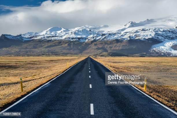 iceland roads in autumn - effet de perspective photos et images de collection