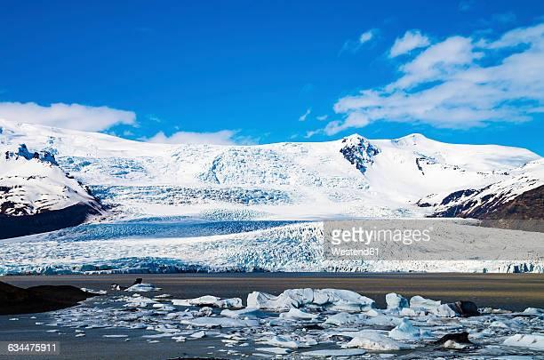 iceland, vatnajokull national park, view across fjallsarlon glacier lagoon towards the glacier - バトナ氷河 ストックフォトと画像