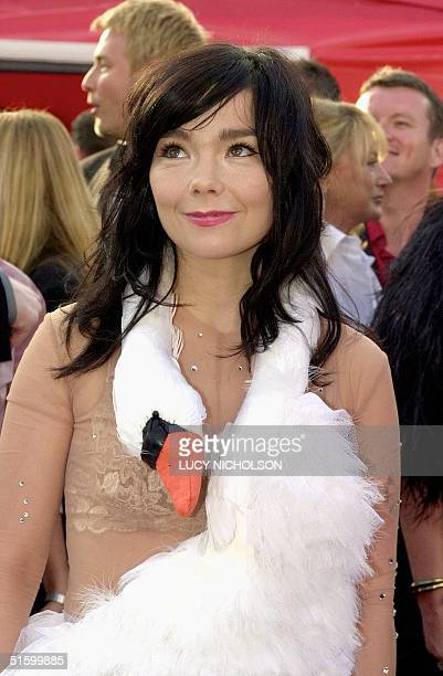Icelandic actress and singer Bjork arrives at the 73rd Annual Academy Awards 25 March 2001 at the Shrine Auditorium in Los Angeles CA Bjork performs...