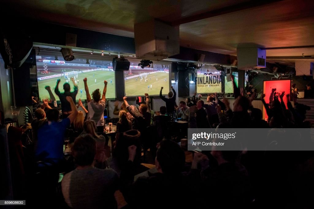 TOPSHOT - Icelandic football fans react while watching TV their national football team play during the FIFA World Cup 2018 qualification football match against Kosovo in Reykjavik, Iceland on October 9, 2017. Iceland qualified for the FIFA World Cup 2018 as smallest country ever after beating Kosovo 2-0 at home in Reykjavik. / AFP PHOTO / Halldor KOLBEINS