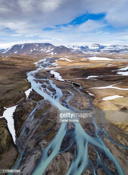 icelandic river filled with meltwater from hofsjökul, one of the largest glaciers of iceland - flussbett stock-fotos und bilder