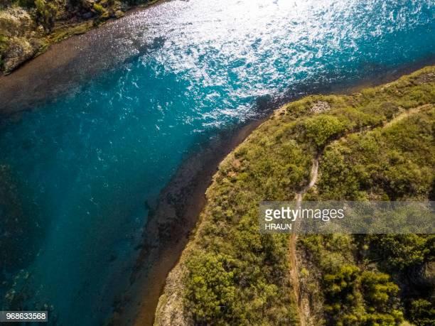 IJslandse zalmrivier in de natuur gezien vanuit de lucht.