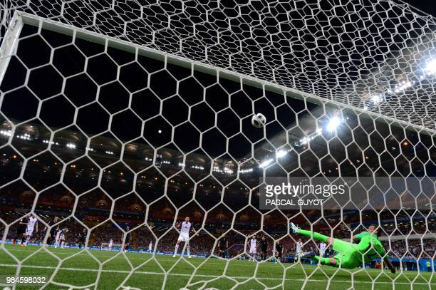TOPSHOT Iceland's midfielder Gylfi Sigurdsson scores a penalty kick during the Russia 2018 World Cup Group D football match between Iceland and...