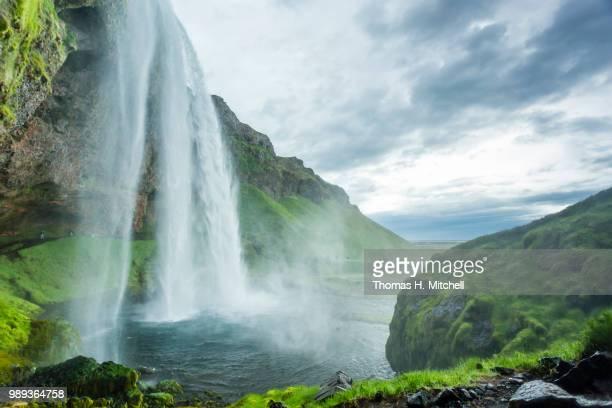 iceland-seljalandsfoss - brook mitchell stockfoto's en -beelden