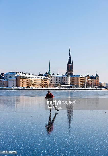 iceskating in stockholm city - estocolmo - fotografias e filmes do acervo