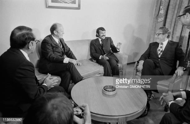 Ici le ministre algérien des affaires étrangères Abdelaziz Bouteflika entouré par le président des EtatsUnis Gerald Ford à sa droite et le...