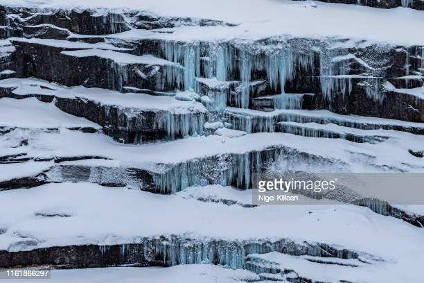 icicles, norway - rotswand stockfoto's en -beelden