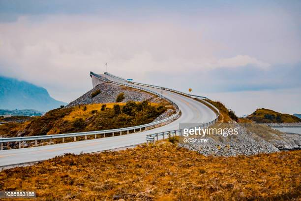 courbe de la route atlantique emblématique - atlantic road norway photos et images de collection