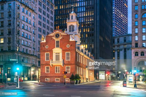 iconic old state house at dawn, boston, massachusetts, united states (dusk) - boston massachusetts stockfoto's en -beelden