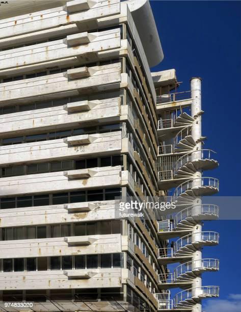 kultigen Wendeltreppe auf das äußere oder eine Wohnung renoviert in der Innenstadt von Tel Aviv, Israel.  12. März 2018