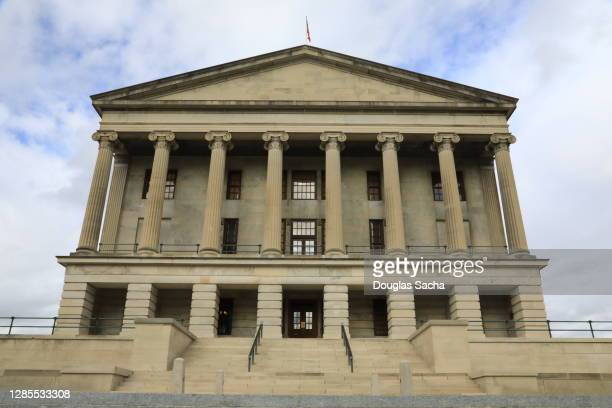 iconic tennessee state capitol building - tennessee stock pictures, royalty-free photos & images