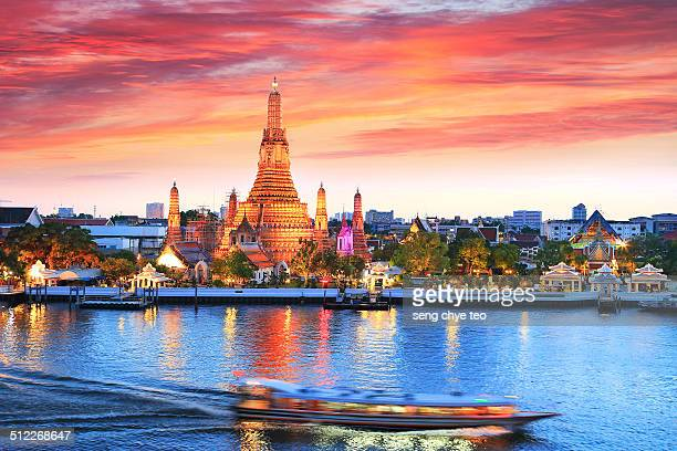 iconic wat arun bangkok - bangkok stock pictures, royalty-free photos & images