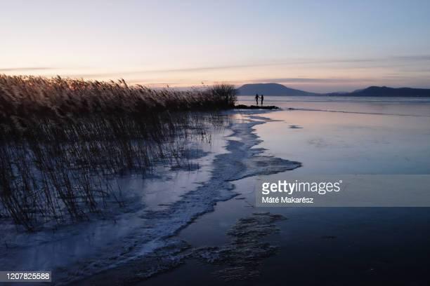 icy lake - hungria fotografías e imágenes de stock