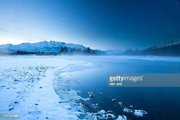 氷のような山と川