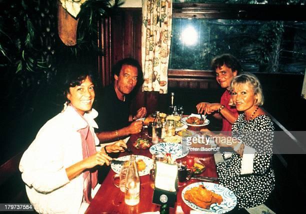 Ida Krottendorf mit KindernSascha Alexander Wussow und Barbara Wussowl Klausjürgen Wussow RestaurantWien Tisch