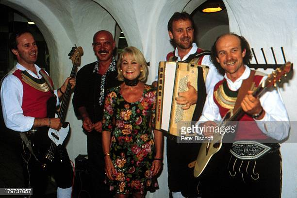 Ida Krottendorf mit Musikanten RTLSerieAlmenrausch und Pulverschnee