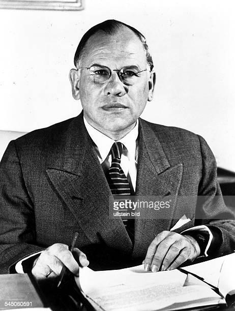identisch mit Bild_#142374Gerstenmaier Eugen *Politiker CDU Theologe DBundestagspraesident von 19541969 Portrait am Schreibtisch 1955Aufnahme von...