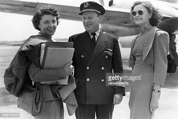 identisch mit Jugo Jenny * Schauspielerin Oesterreich mit dem Bruesseler Flugkapitain Dils und der 'Miss Hessen 1950' auf dem Flughafen Frankfurt am...