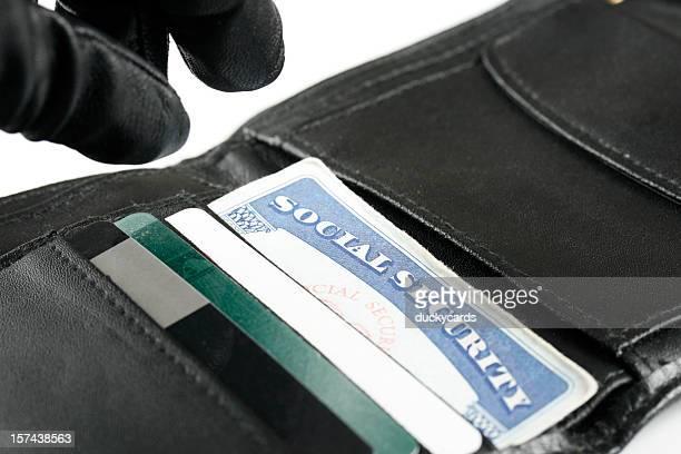 Voleur d'identité à atteindre de la main sur la carte de sécurité sociale en portefeuille