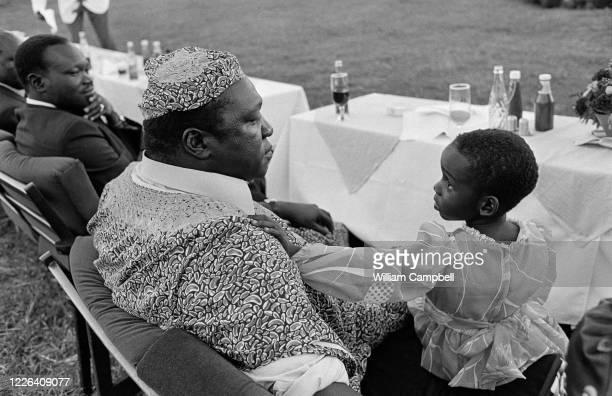 Idi Amin Dada Président de l'Ouganda accompagné de sa file Araba lors d'une journée exceptionelle de festivités à Kitgum , l'occasion pour le...