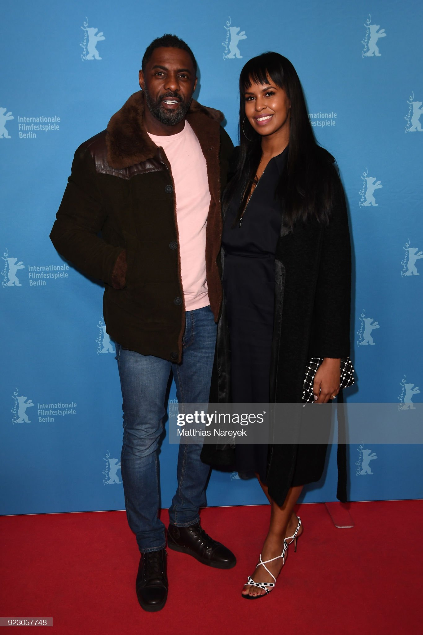 ¿Cuánto mide Idris Elba? - Real height Idris-elba-and-his-girlfriend-sabrina-dhowre-attend-the-yardie-the-picture-id923057748?s=2048x2048
