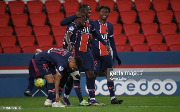 Idrissa Gueye of Paris Saint-Germain celebrate his goal with teammattes during the Ligue 1 match between Paris Saint-Germain and RC Strasbourg at...