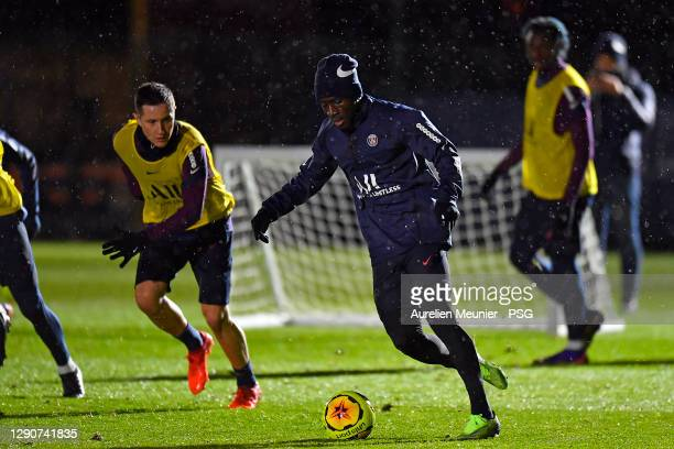 Idrissa Gueye runs with the ball during a Paris Saint-Germain training session at Ooredoo Center on December 11, 2020 in Paris, France.