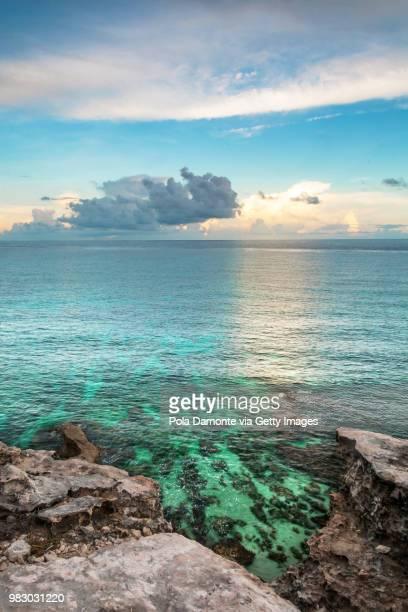 idyllic beach at isla mujeres in caribbean mexico - mujeres fotos stockfoto's en -beelden