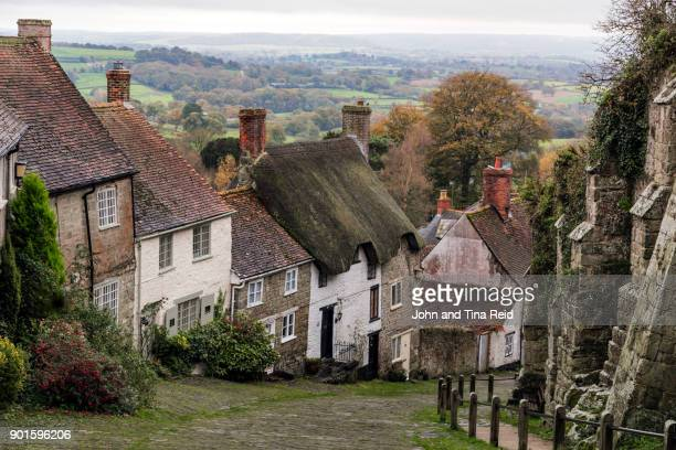 idyllic english village - gold street, shaftsbury - 英国 ドーセット ストックフォトと画像