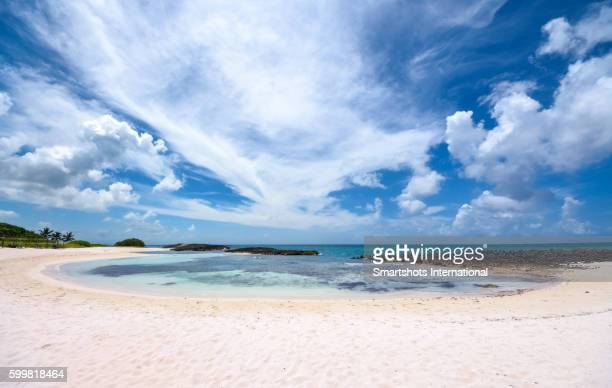 idyllic image of a perfect caribbean beach with pristine turquoise waters, white sand and a barrier reef in cuba - gran angular fotografías e imágenes de stock