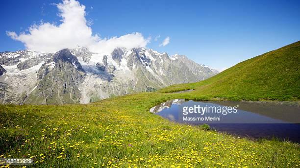 l'idilliaco lake - valle d'aosta foto e immagini stock