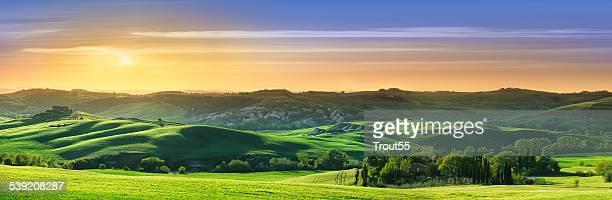Idyllische Landschaft Grün Felder in der Toskana bei Sonnenuntergang