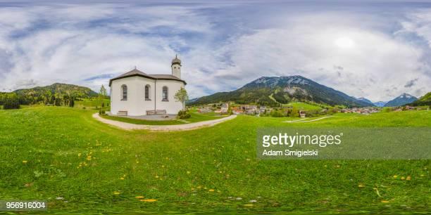 アルプス (360 ° パノラマ) の小さな教会の牧歌的な風景 - hdri 360 ストックフォトと画像