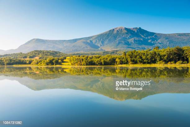 idyllic morning reflections on the ebro river, spain - castilla leon fotografías e imágenes de stock