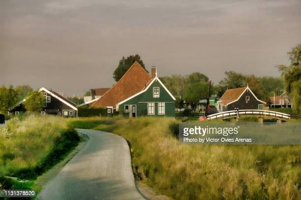 idyllic quintessential dutch landscape, rural wooden houses in zaanse schans, netherlands - victor ovies fotografías e imágenes de stock
