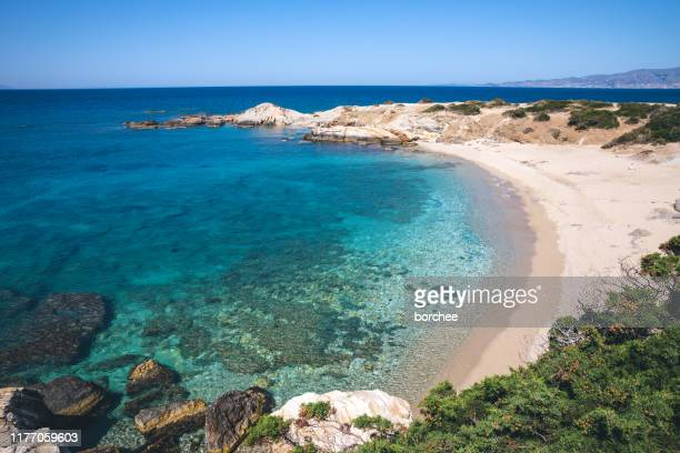 idilliaca spiaggia remota a naxos - greece foto e immagini stock
