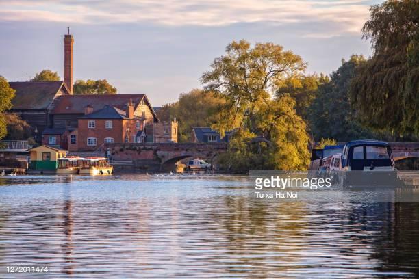 idyllic river avon passing though picturesque stratford-upon-avon historic old town - ストラトフォード・アポン・エイボン ストックフォトと画像