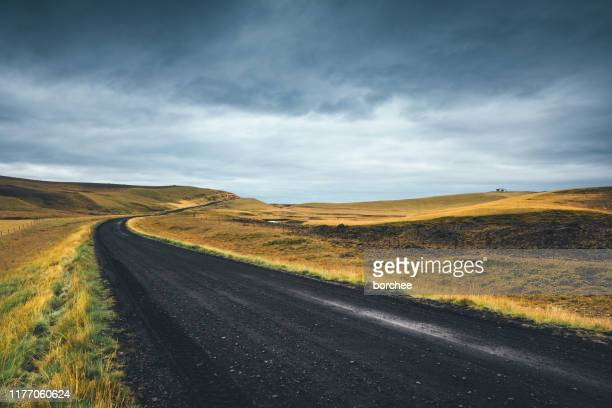 アイスランドの牧歌的な道 - 散歩道 ストックフォトと画像