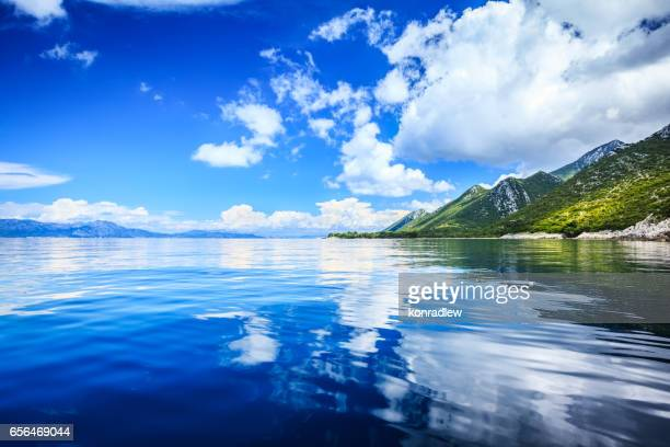 Paysage idyllique - île, limpide mer Adriatique et ciel bleu avec des nuages blancs