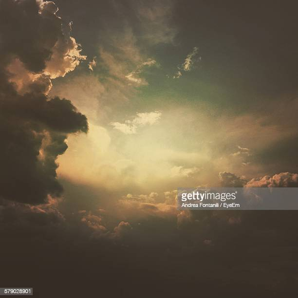 idyllic shot of cloudscape - atmosphere stock pictures, royalty-free photos & images