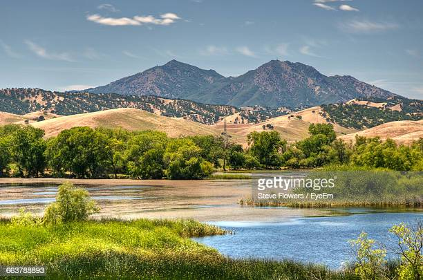 idyllic shot of lake and mount diablo against sky - diablo lake imagens e fotografias de stock