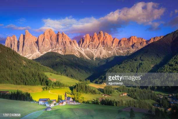 夕日に教会と牧歌的なセントマグダレーナの風景, ドロミテアルプス – イタリア - トレンティーノ ストックフォトと画像