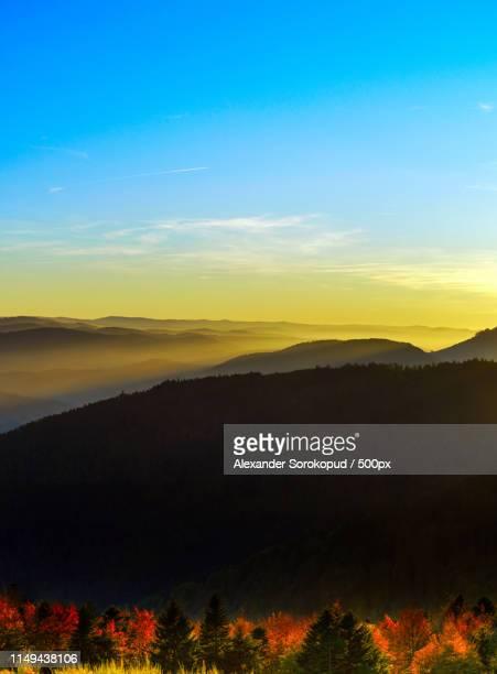 idyllic sunset landscape with silhouettes of mountains and vivid - paysage enchanteur photos et images de collection