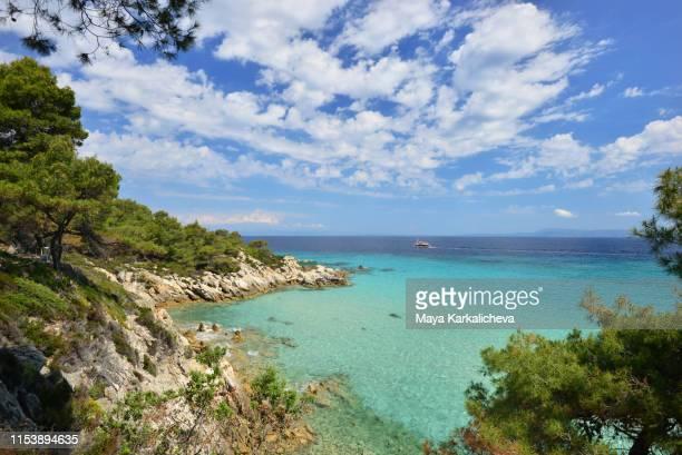idyllic view of aegean sea with crystal clear blue water and clouds in the sky, greece - peninsula de grecia fotografías e imágenes de stock