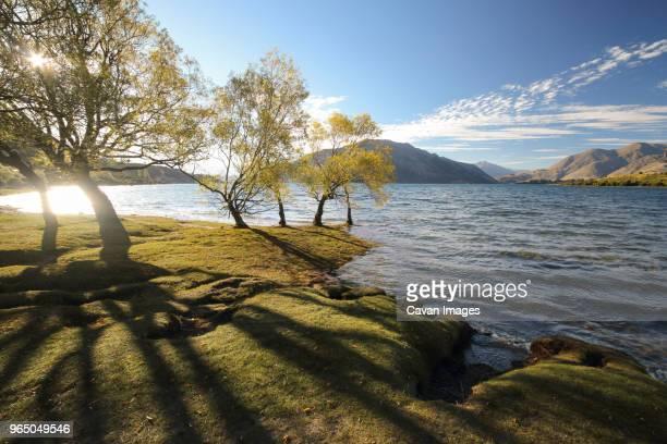 idyllic view of lake wanaka against mountains and sky - lago wanaka - fotografias e filmes do acervo