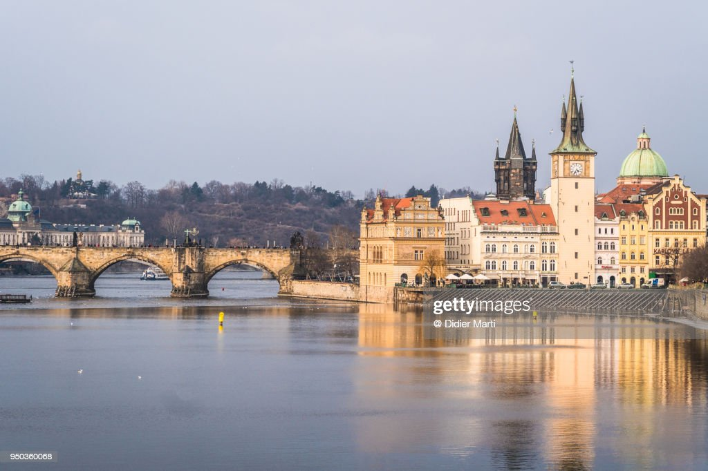 Idyllic view of the famous Charles bridges and Prague old town : Stock Photo