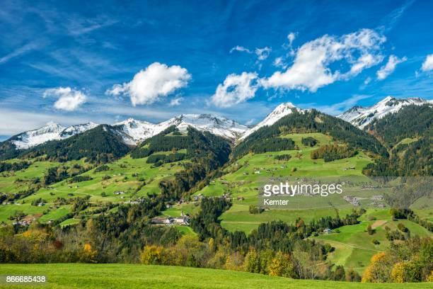 Pueblo idílico y bello paisaje en otoño