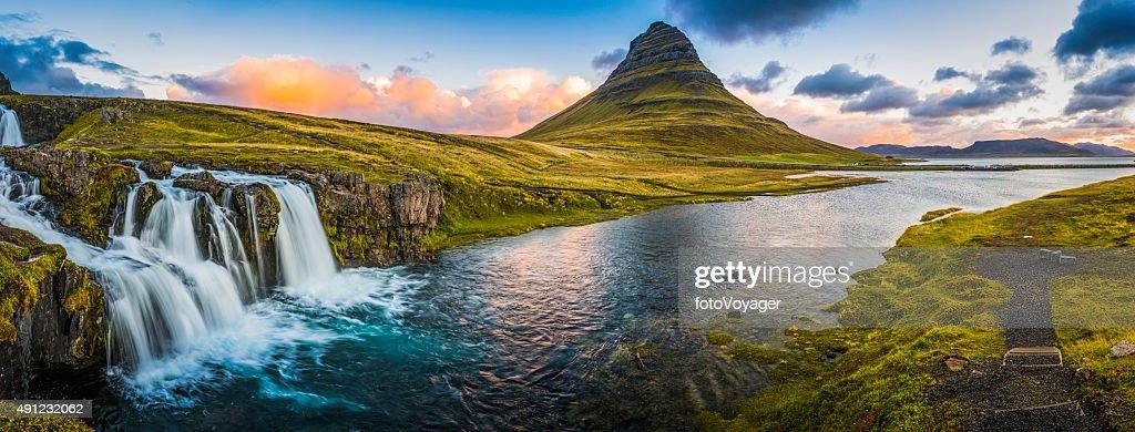 Fonds de nuage à côté de chutes d'eau idylliques lever du soleil au sommet de la montagne de panorama Kirkjufell Islande : Photo
