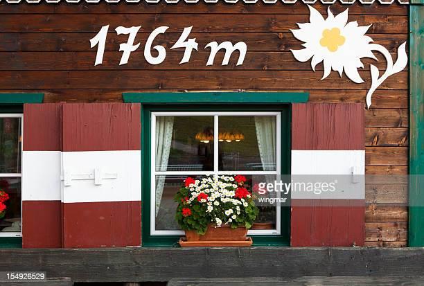 Idyllische Fenster einer Hütte in tirol, Österreich